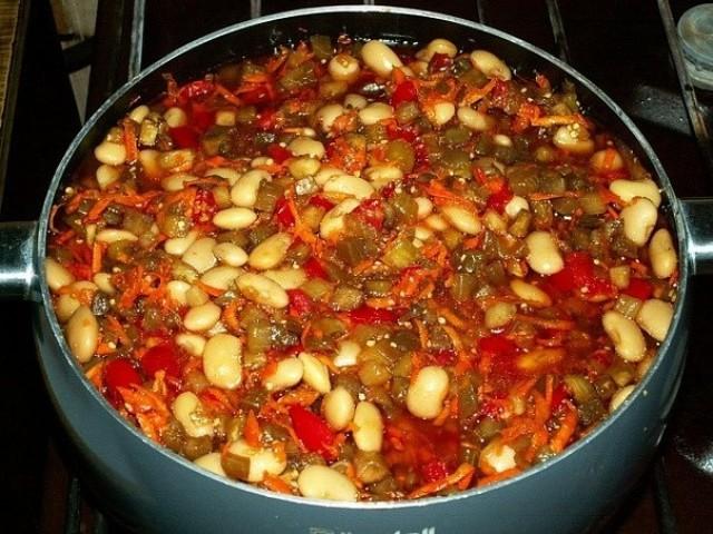 Рецепт приготовления салата на зиму из баклажан с фасолью