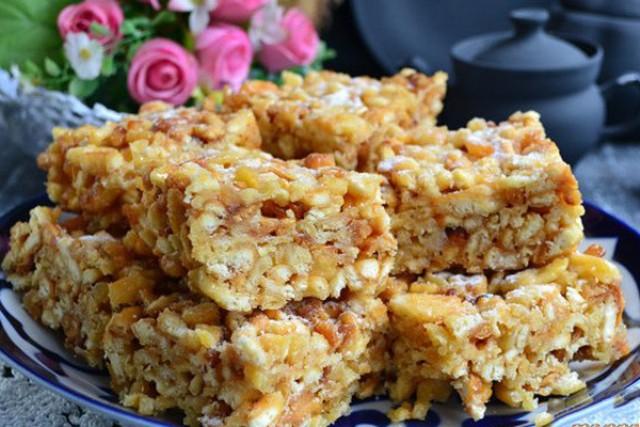 Чак-чак — вкусная восточная сладость, приготовленная из теста и меда.
