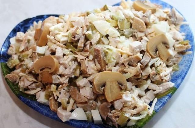 Легкий куриный салат с грибами