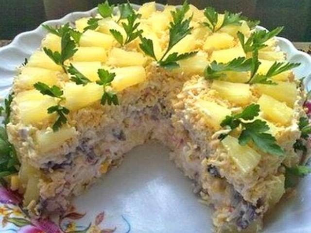 Торт-салат «Чародейка» красиво смотрится, обладает высокими вкусовыми качествами и очень сытный.