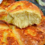Мягкие, ароматные, воздушные, румяные булочки с сыром и зеленым луком. Красивые и аппетитные. Это совсем несложно и очень вкусно.