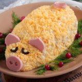 Новогодний салат «Свинка» с курицей и ананасами!