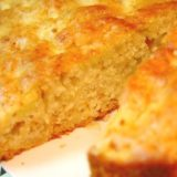Будничный пирог: вот как на скорую руку приготовить вкуснейшее яблочное лакомство. Секрет простой: пару ложек мёда.