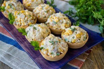 Селедочный салат в тарталетках - легкая закуска на праздничный стол