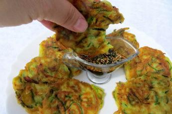 Хоть губами ешь настолько нежные! Кабачковые оладьи в корейском стиле