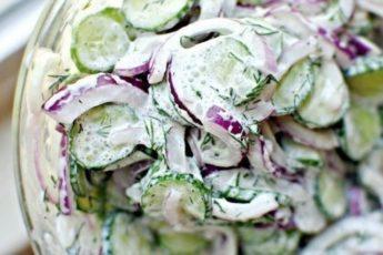 Огуречный салат с соусом можно даже на ночь
