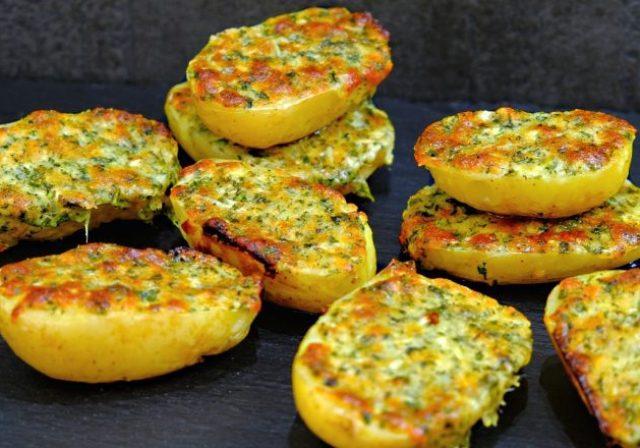 Картофель запеченный в духовке под ароматной хрустящей корочкой!