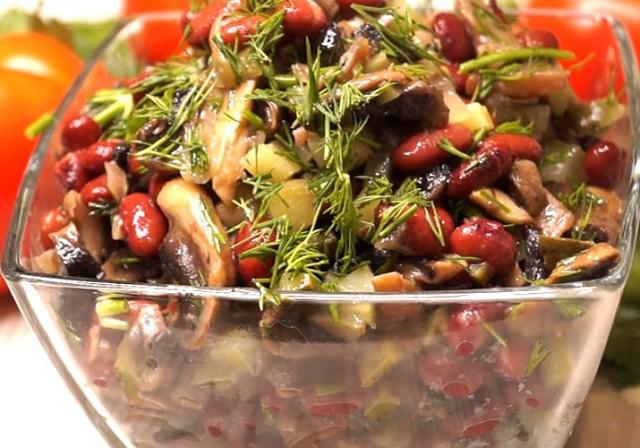 Фасоль, грибочки и огурчики… Попробовав этот салат, вы забудете о винегрете!