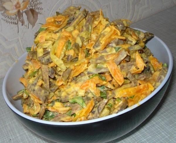 Этот слоеный печеночный салатик прижился в нашей семье. Готовлю на все праздники. Попробуйте - не пожалеете.