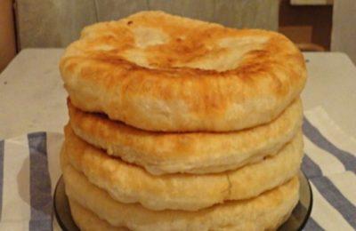 С этим рецептом забудете, что такое хлеб! Пушистые лепешки на кефире: вкусно и быстро. Такими пышными лепешками частенько баловала меня бабушка, пекла их каждую неделю. Как же сложно было дождаться, пока они хоть немного остынут…