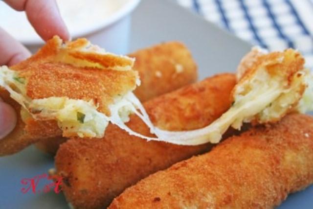 Картофельные палочки с сыром и соусом