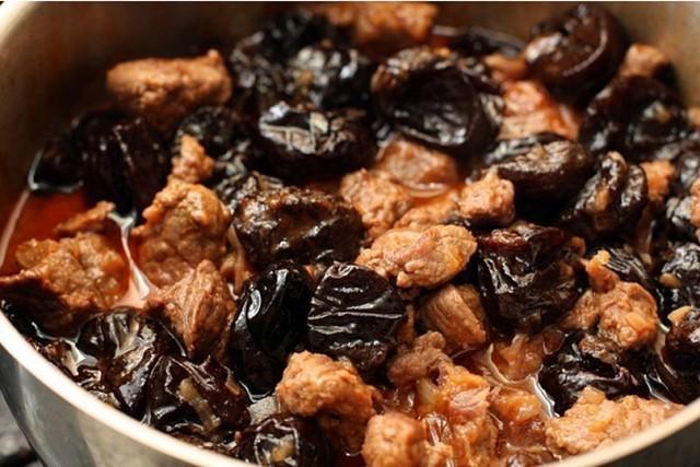 Очень несложный, но эффектный рецепт приготовления мяса.