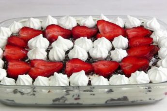 Клубничный десерт со сметаной и печеньем Орео
