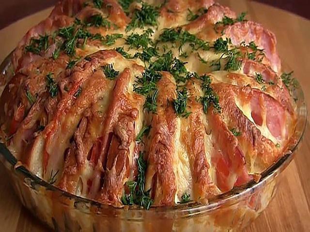 Пирог из батона с колбасой - блюдо которое можно приготовить буквально за 5 минут, пока раздеваются гости )