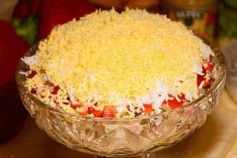 Слоеный салат с ветчиной и болгарским перцем