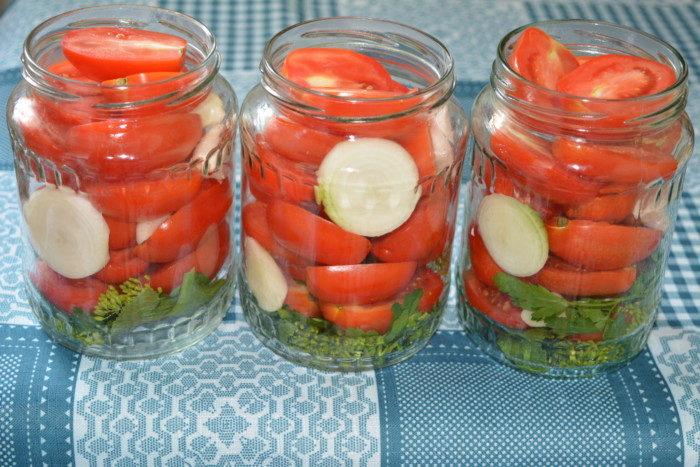 3-ukladyvaem-pomidory-luk-i-chesnok