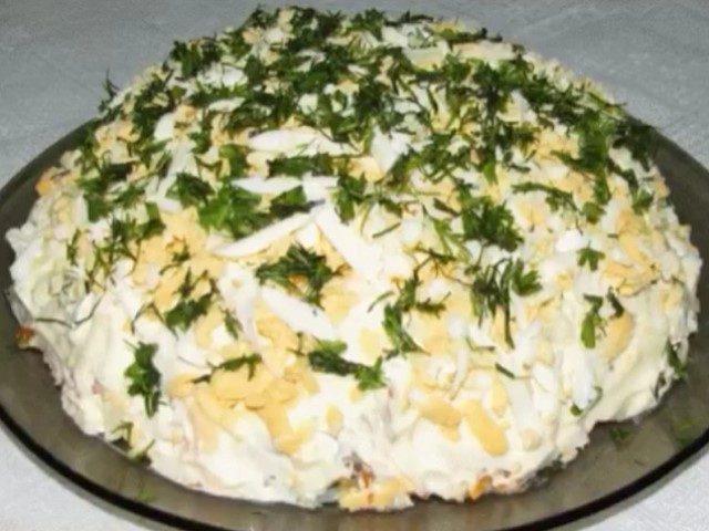 potryasayushhij-salat-shprotnyj-sedaetsya-na-ura-otlichno-podojdet-dlya-prazdnichnogo-stola-1