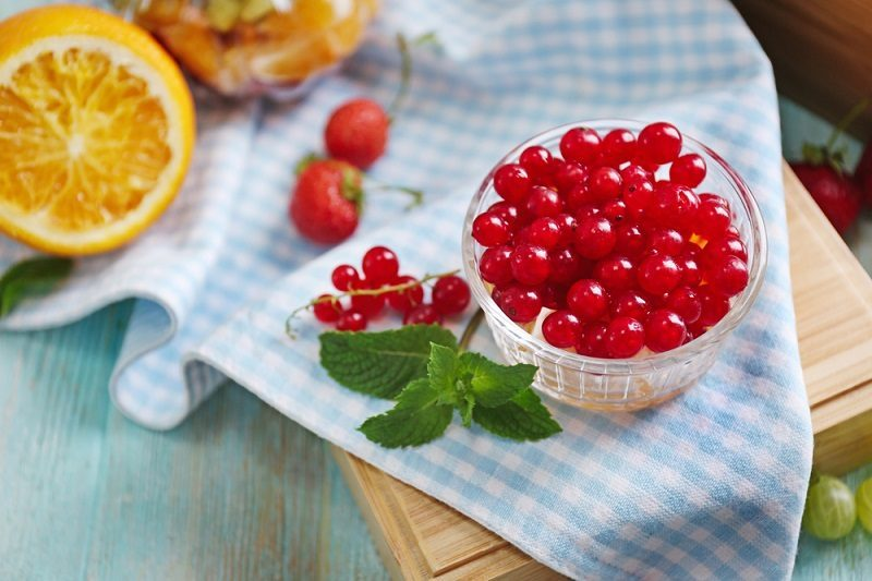 fresh-red-currant-and-orange-in-glass-bowl-on-wooden-box-2