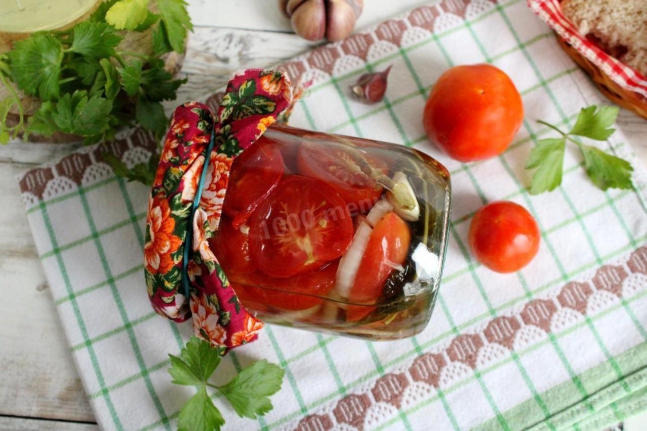 marinovannie-pomidory-dolkami-s-lukom-i-maslom-na-zimu_1577685811_9_max
