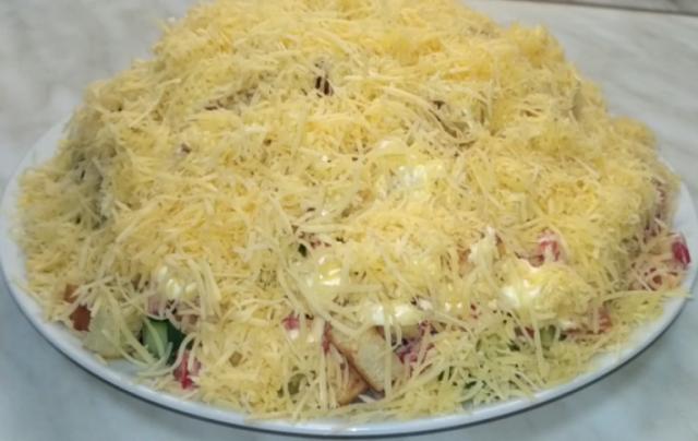 shikarnyy-salat-s-kuritsey-suharikami-i-syrom-prevratit-lyuboy-semeynyy-uzhin-v-nastoyaschiy-prazdnik-1