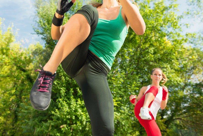 females-doing-repeater-knees-on-taebo-training