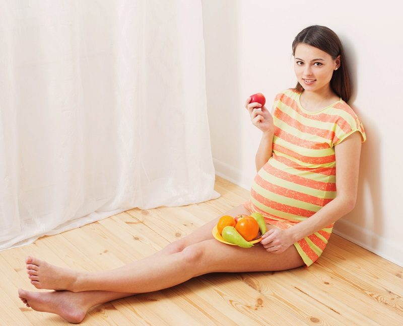 pregnant-woman-eating-fruits